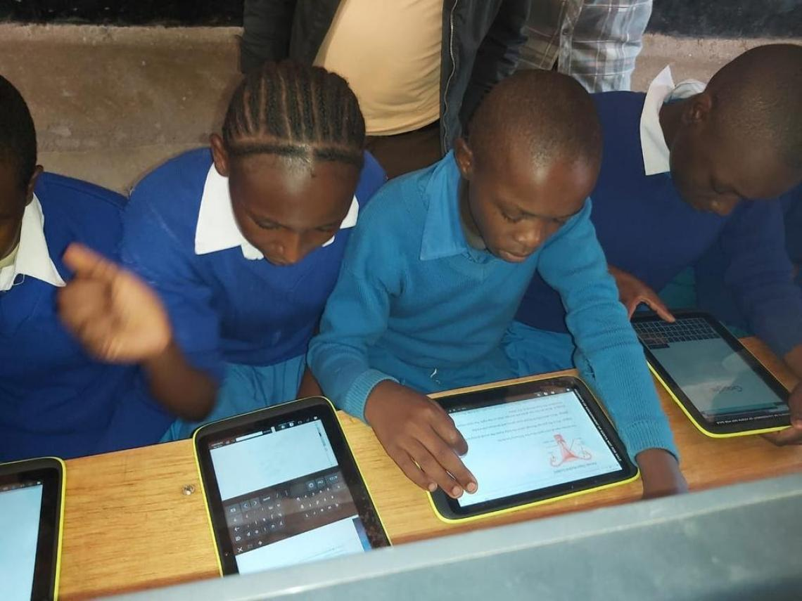 Primary School students using the eLearning platform during a Science class.